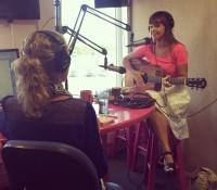 PollyAnna speelt 'Sing' live in de studio van Paradise FM