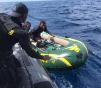 Jongens op afgedreven rubberboot door kustwacht gered