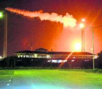 Vuurbal boven Isla veroorzaakt door brandende benzine in affakkelsysteem