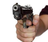 Man stapt met pistool uit auto